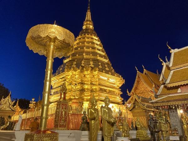ライトアップされたドイステープ人の黄金の仏塔