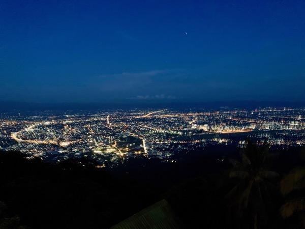 夜のドイステープ寺院から望むチェンマイ旧市街