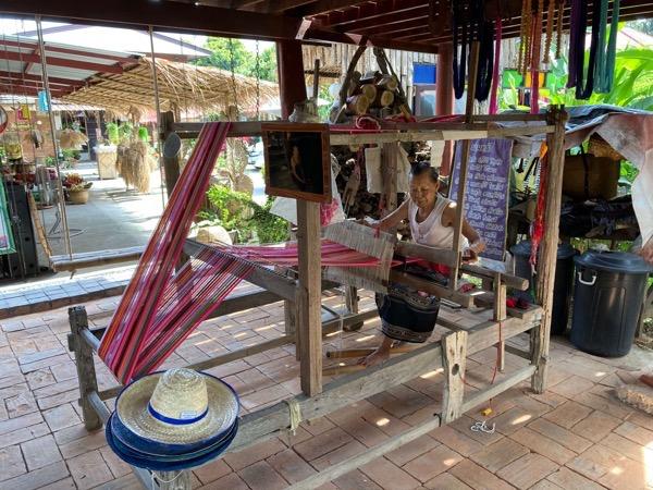 タイルー族の織物体験カフェで作業をしているおばさん