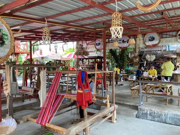タイルー族の織物体験カフェの店内