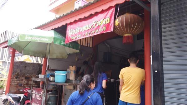 カオソーイウアライの店前に並ぶお客