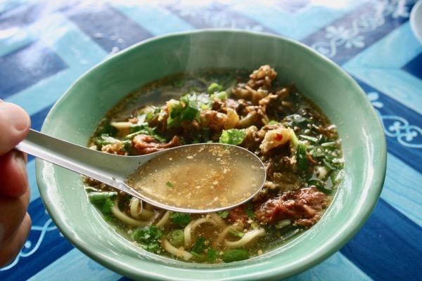 カオソーイの源流となるカオソーイナムサイの澄んだスープ