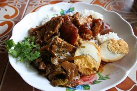 チェンマイのカオカーム(豚足ご飯)