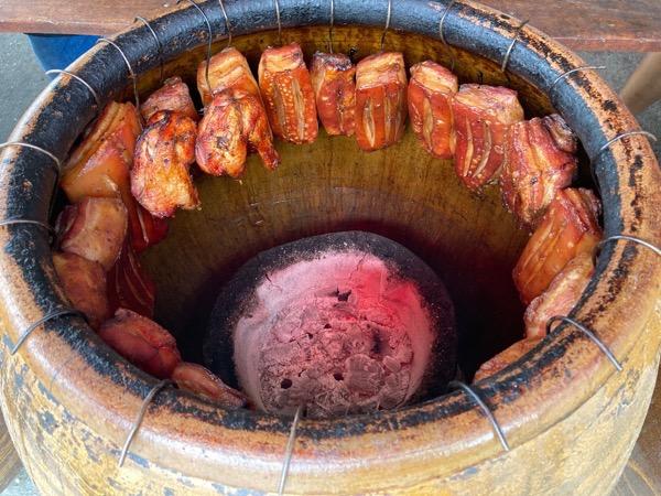 壺の底には七輪が置かれ豚肉が焼かれる