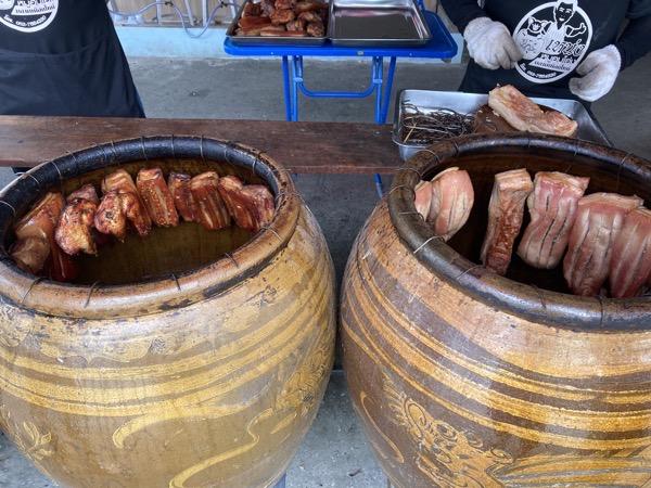 壺の口に吊るされた豚肉