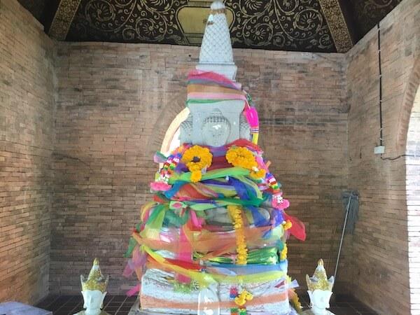 ワット・インタキン・サドゥムアンの祠にあるチェンマイの守護柱(インタキン)のレプリカ