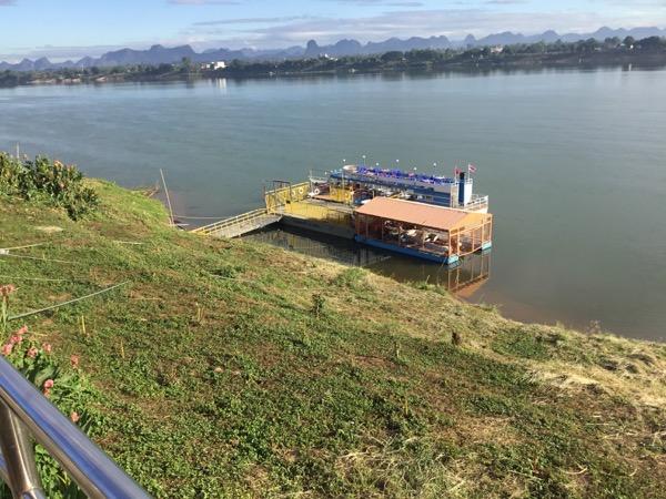 メコン川サンセットクルーズの小さな遊覧船