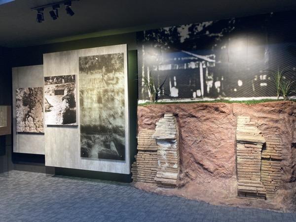 ウィアンクムカーム遺跡情報センターの発掘当時の写真パネル